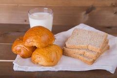 牛奶三大面包面包全麦面包和aglass在亚麻布的 免版税库存照片