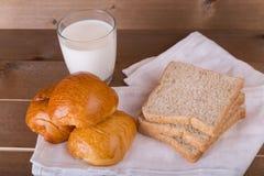牛奶三大面包面包全麦面包和aglass在亚麻布的 图库摄影