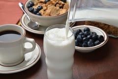牛奶倾吐 免版税库存照片