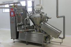 牛奶加工的现代设备 免版税库存图片