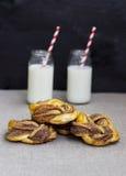 牛奶和卷用桂香 免版税图库摄影