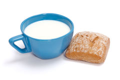 牛奶和卷 免版税库存图片