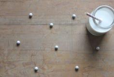 牛奶和圆点 免版税库存图片