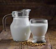 牛奶和大豆在玻璃 库存照片