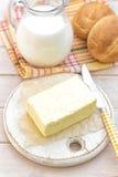 牛奶和小圆面包 图库摄影