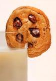牛奶和巧克力曲奇饼。 免版税库存照片