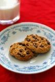 牛奶和巧克力曲奇饼por圣诞老人 库存图片