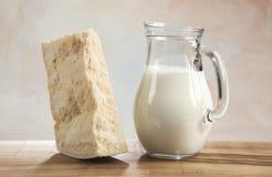 牛奶和帕尔马干酪 库存照片