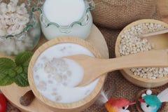 牛奶和煮熟的大麦可口的健康的 库存图片