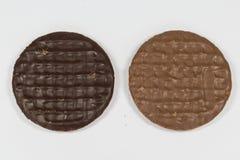 牛奶和简单的巧克力Digestives 免版税库存照片