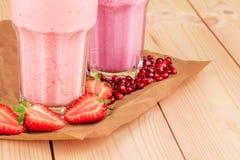 牛奶和莓果震动 图库摄影