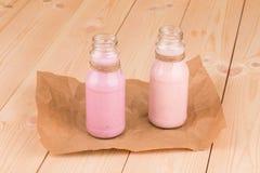 牛奶和莓果震动 免版税库存照片
