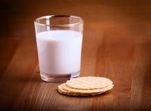 牛奶和薄脆饼干 库存照片