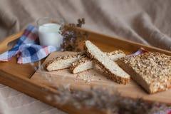 牛奶和面包在木盘子 免版税图库摄影