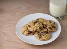 牛奶和黑暗的巧克力大块曲奇饼 免版税库存照片