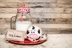牛奶和婴孩曲奇饼 免版税库存照片