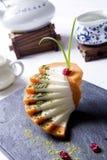 牛奶在岩石板材的番木瓜蛋糕有茶罐的在餐馆 免版税库存图片