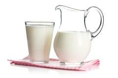 牛奶在玻璃和在投手 库存图片