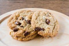 牛奶巧克力马卡达姆坚果曲奇饼 免版税图库摄影
