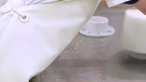 牛奶店工厂劳工,干酪制造过程,放乳酪凝乳入塑料模子 股票视频