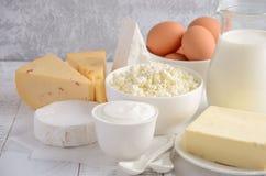 牛奶店新鲜的产品 牛奶、乳酪、咸味干乳酪、软制乳酪、黄油、酸奶、酸奶干酪和鸡蛋在木桌上 免版税图库摄影
