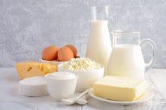 牛奶店新鲜的产品 牛奶、乳酪、咸味干乳酪、软制乳酪、黄油、酸奶、酸奶干酪和鸡蛋在木桌上 免版税库存照片