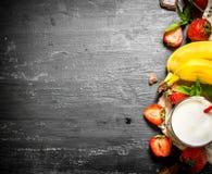 牛奶店点心用草莓和香蕉 图库摄影