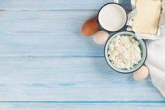 牛奶店空白隔离的产品 牛奶、乳酪、鸡蛋、凝乳酪和黄油 免版税库存图片