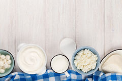 牛奶店空白隔离的产品 酸性稀奶油、牛奶、乳酪、酸奶和黄油 免版税库存图片