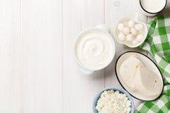 牛奶店空白隔离的产品 酸性稀奶油、牛奶、乳酪、酸奶和黄油 免版税库存照片