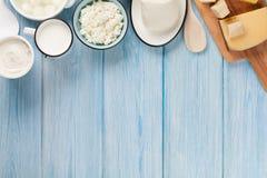 牛奶店空白隔离的产品 酸性稀奶油、牛奶、乳酪、鸡蛋、酸奶和黄油 免版税库存图片
