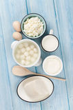 牛奶店空白隔离的产品 酸性稀奶油、牛奶、乳酪、鸡蛋、酸奶和黄油 免版税库存照片