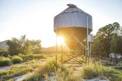 牛奶店解决坦克被放弃的农场 库存图片