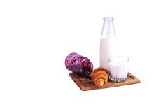 牛奶新月形面包和果酱 库存图片