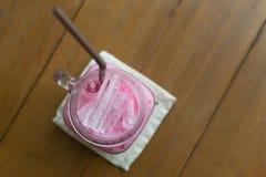 牛奶桃红色甜冷的饮料 库存图片