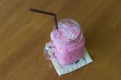牛奶桃红色甜冷的饮料 免版税库存照片