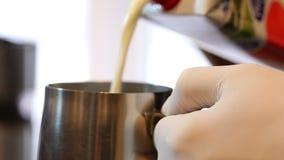牛奶涌入在慢动作的一个金属碗 影视素材