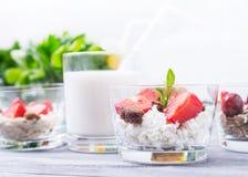 牛奶点心用草莓 免版税库存照片