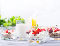 牛奶点心用草莓 免版税图库摄影