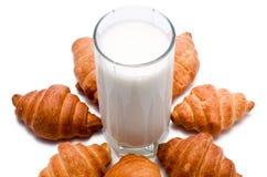 牛奶用新月形面包 免版税图库摄影