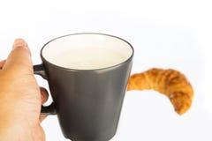 牛奶用新月形面包 免版税库存照片