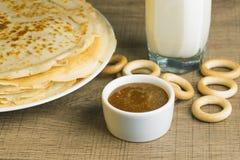 牛奶用薄煎饼和蜂蜜 库存照片