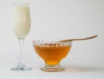 牛奶用蜂蜜 免版税库存照片