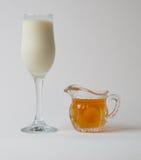 牛奶用蜂蜜 库存图片