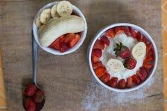牛奶米粥用果子草莓 免版税图库摄影