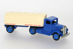 牛奶罐车玩具卡车 库存照片