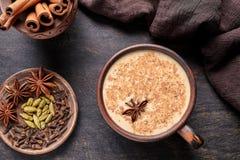 牛奶茶柴拿铁传统自创刷新的早晨有机健康热的饮料饮料 免版税图库摄影