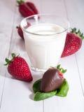 牛奶草莓 免版税库存照片