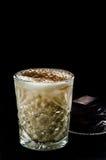 牛奶酒精鸡尾酒用巧克力 免版税库存照片