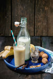 牛奶香蕉圆滑的人 库存照片